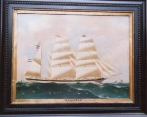 Amicitia onder vol tuig, schilderij hangt in het Fries Scheepvaartmuseum. De rederijvlag hangt in de voortop, naamwimpel in de grote top en de kapiteinsvlag H-1 van T.Pronker in de bezaantop met daaronder het naamsein NDBS