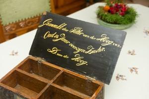 in het deksel met mooie letters vermeld voor wie de naaidoos is en door wie gemaakt