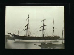 de Geertruida Gerarda ligt afgemeerd, vermoedelijk in de haven van IJmuiden