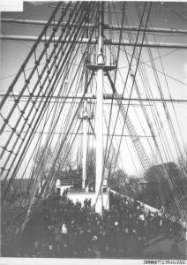 bezoekers op het nieuw gebouwde schip
