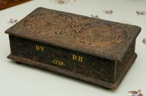 de prachtig uitgesneden naaidoos uit 1784