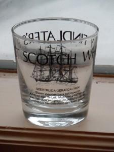 whiskeyglas met plaatje van de GG en opschrift, in bezit van familielid