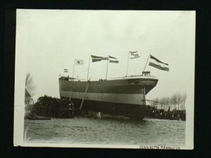 de tewaterlating op de werf van J&K Smit in Krimpen aan de Lek, duidelijk is de rederijvlag, de naamvlag Jeannette Francoise en de kapt.vlag met nr.H-51 te zien