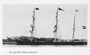 de Martina Johanna, afgemeerd tegen een dijk, gezien van bakboordzijde