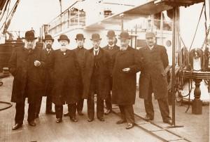 Pieter met kapitein Kuipers en versch. heren Smit aan boord van de Geertruida Gerarda op 20 april 1906