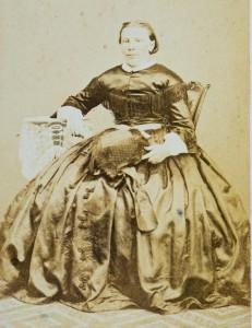 Chiela van der Hoog- de Jong, de 1e vrouw van reder Pieter, in Zweedse klederdracht.